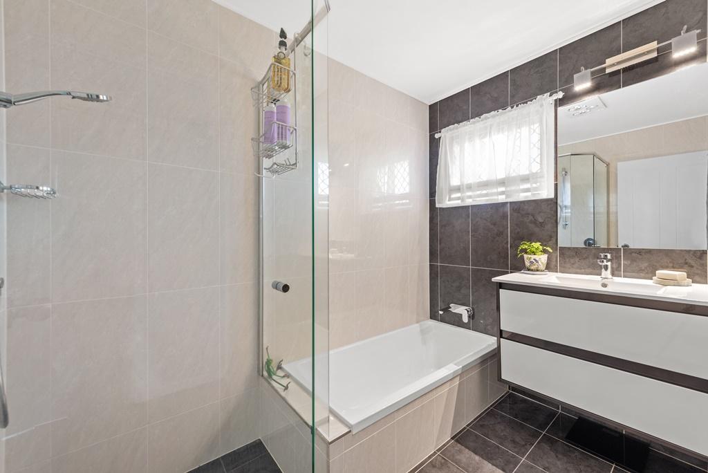 PIC11.jpg Main Bath
